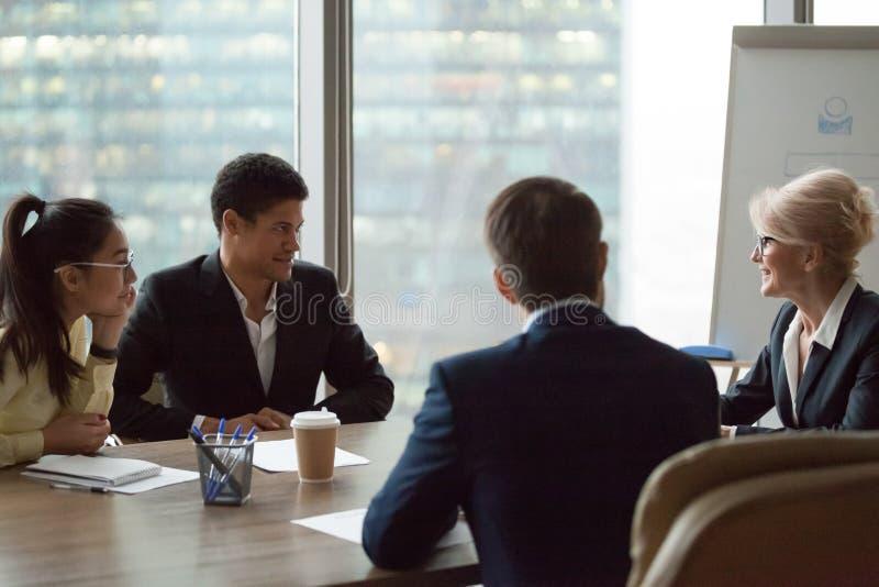 中部年迈的女实业家谈话在公司办公室会议上 库存照片