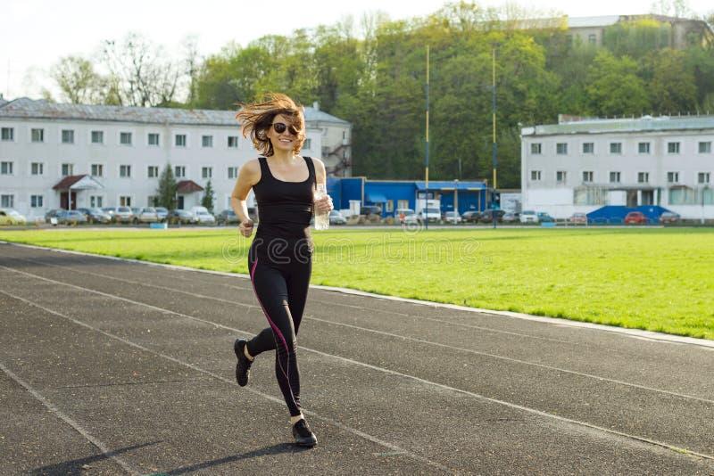 中部年迈的妇女赛跑画象  免版税库存照片