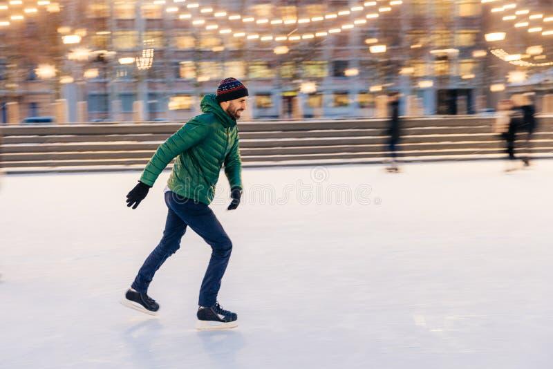 中部年迈的男性佩带花样滑冰,在winte的滑冰场 免版税库存图片