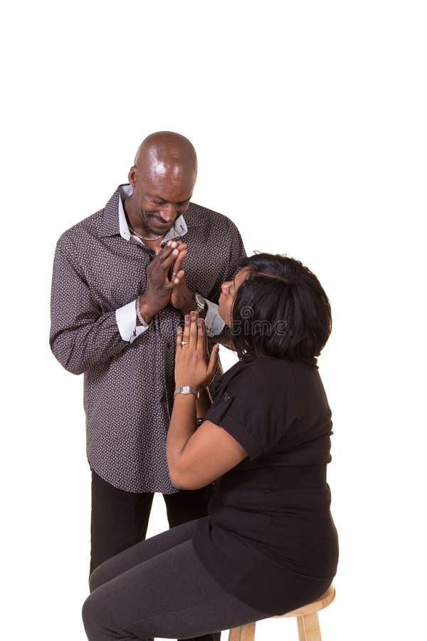 中部年迈的夫妇祈祷 免版税库存照片