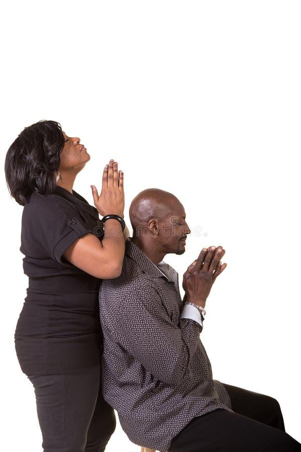 中部年迈的夫妇祈祷 库存照片