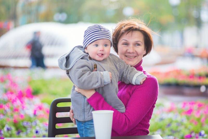 中部年迈的妇女和她可爱的孙子 免版税图库摄影