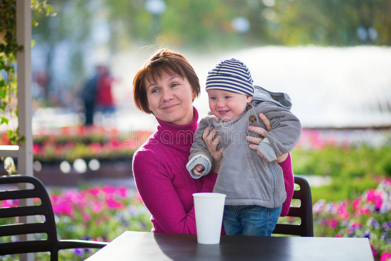中部年迈的妇女和她的小孙子 免版税库存照片