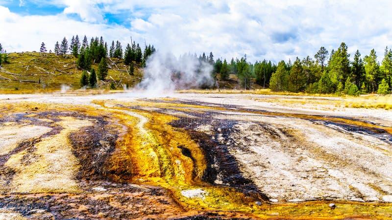 中链湖间歇泉及其周围温泉流入黄石火洞河 免版税库存图片