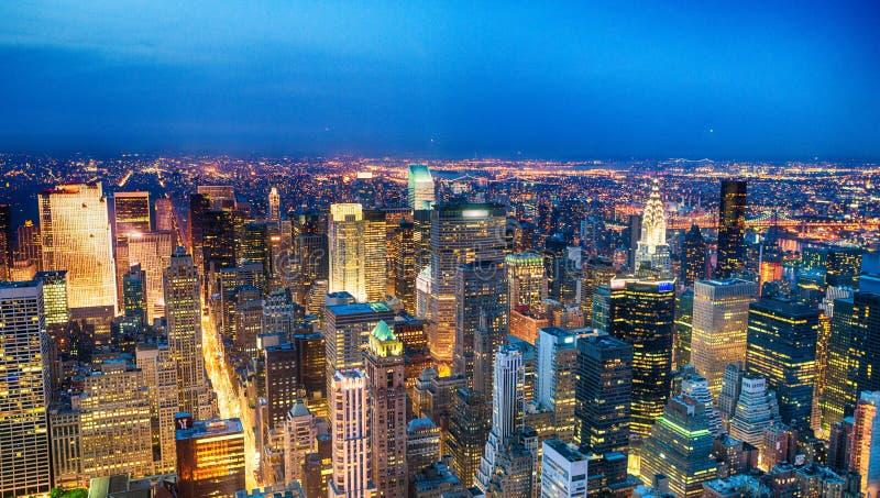 中间地区摩天大楼鸟瞰图在晚上,纽约