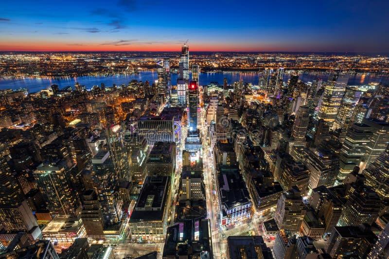 中间地区有新的哈德森围场摩天大楼的西部曼哈顿鸟瞰图在微明的contruction下 城市曼哈顿纽约 免版税库存照片
