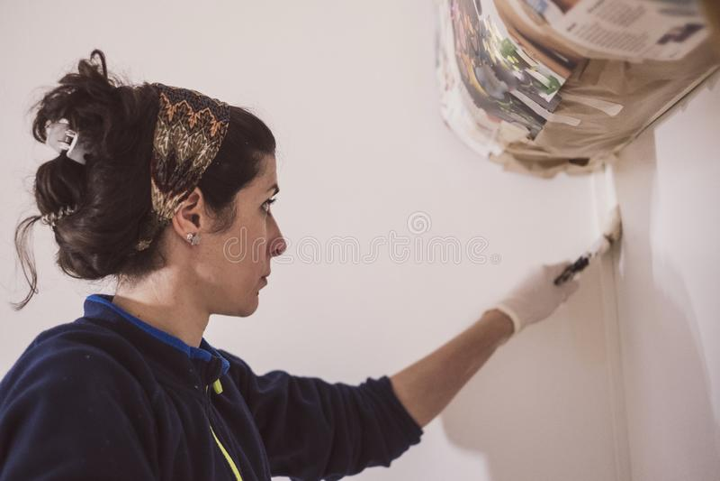 中间妇女绘她的房子房间屋子  库存图片