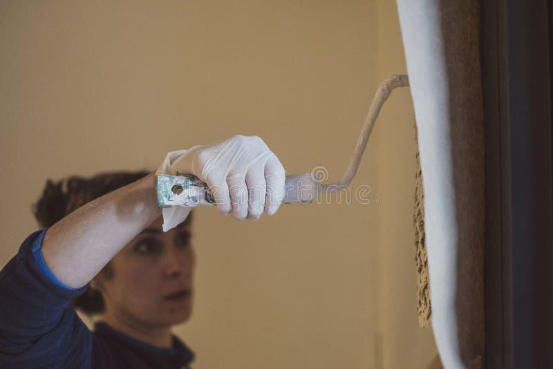 中间妇女绘她的房子房间屋子  免版税库存图片