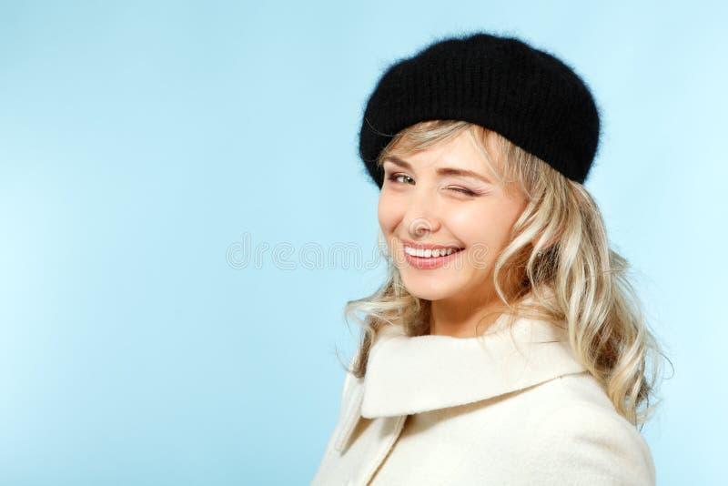 中间成人愉快的可爱的妇女给闪光,冬天画象o 免版税库存照片