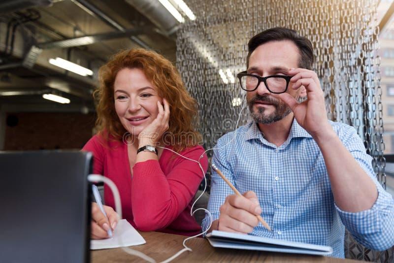 中年夫妇与片剂一起使用 免版税库存图片