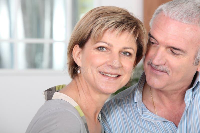 中年夫妇在家 免版税库存照片