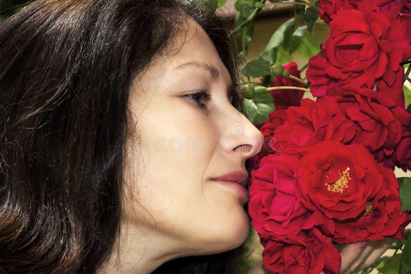 中年妇女和玫瑰 库存图片