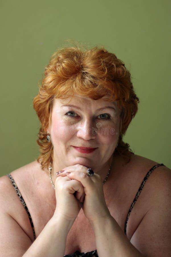中年穿着考究和快乐的妇女 免版税库存照片