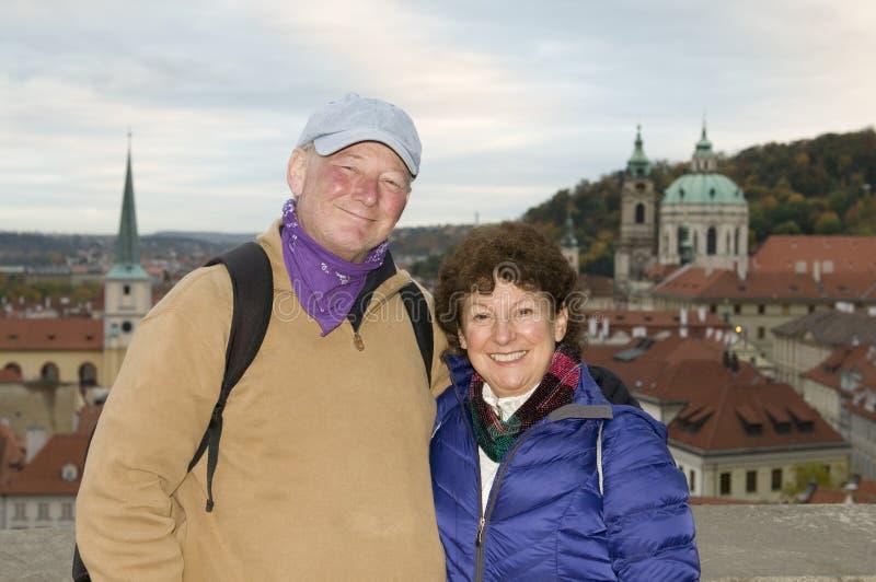 中年资深微笑的人妇女旅游夫妇防御Distri 库存照片
