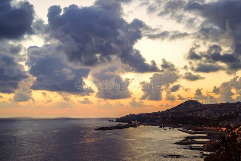 丰沙尔市,在日落,马德拉岛海岛期间的鸟瞰图 免版税库存图片