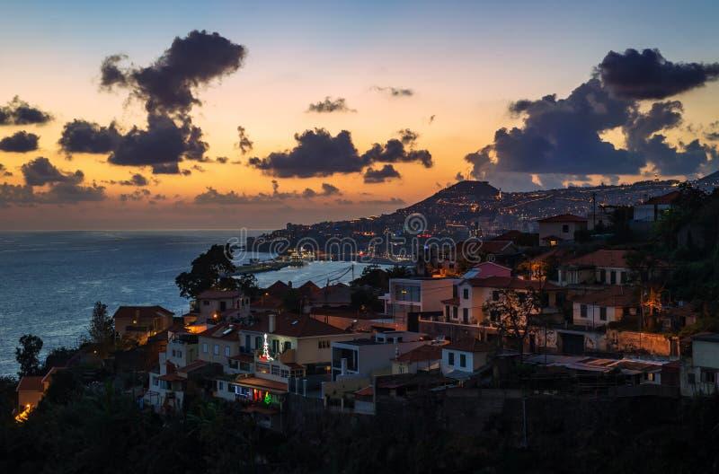 丰沙尔市,在日落,马德拉岛海岛期间的鸟瞰图 图库摄影