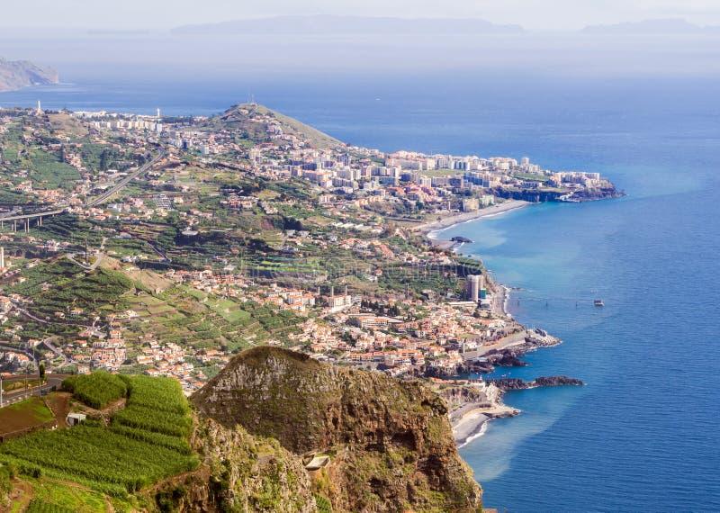 丰沙尔鸟瞰图,马德拉海岛,葡萄牙的首都,如被看见从Cabo Girao Skywalk观点 图库摄影