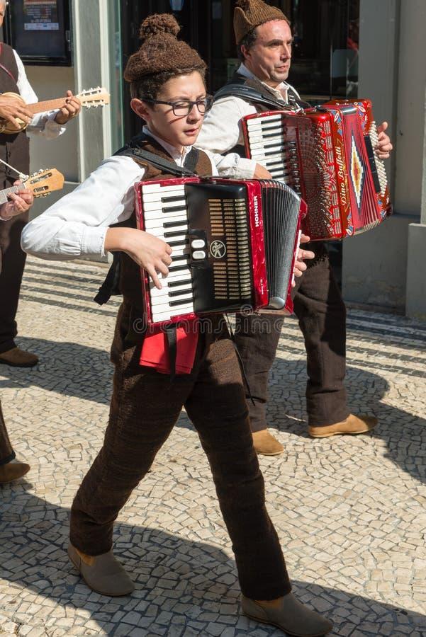 丰沙尔,葡萄牙A民间小组在Th典型的服装穿戴了  库存照片