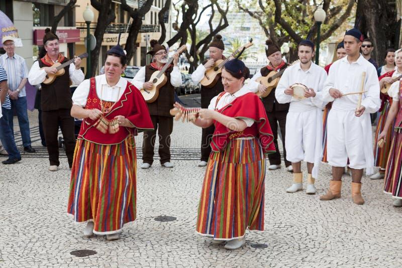 丰沙尔,马德拉岛- 2015年4月20日:有五颜六色和精心制作的服装的执行者参与在花节日游行的  免版税库存图片
