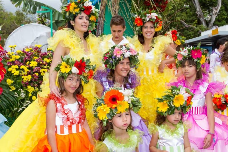 丰沙尔,马德拉岛- 2015年4月20日:有五颜六色的服装的执行者参加花节日的游行在Madei的 免版税库存图片