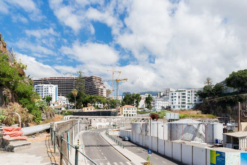 丰沙尔,马德拉,葡萄牙- 2018年7月22日:修建丰沙尔海岸的一家新的旅馆  免版税库存照片