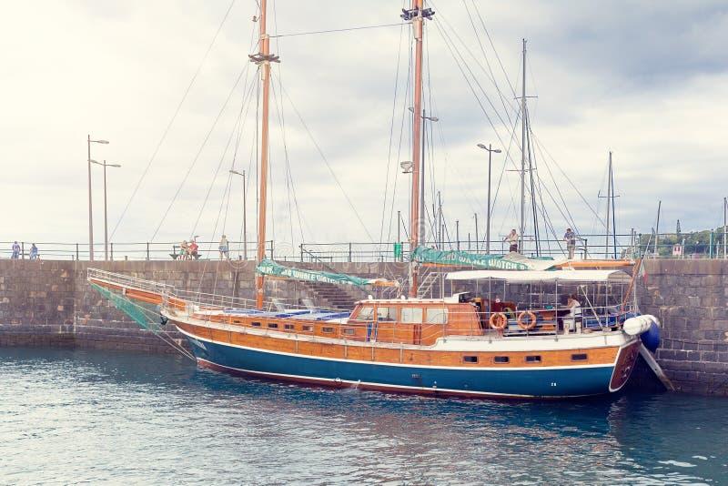 丰沙尔,马德拉,葡萄牙- 2018年7月22日:在码头的观光旅游小船在丰沙尔 免版税库存图片