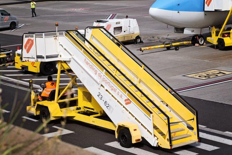 丰沙尔,马德拉- 2018年8月4日:机场的设备和机场工作者 免版税库存照片