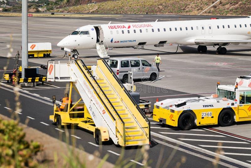 丰沙尔,马德拉- 2018年8月4日:机场的设备和机场工作者 库存图片