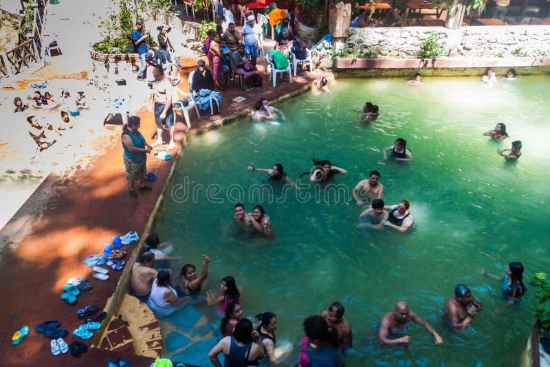 丰特斯GEORGINAS,危地马拉- 2016年3月22日:沐浴在一个热量水池Funtes乔治娜的人们 免版税库存照片