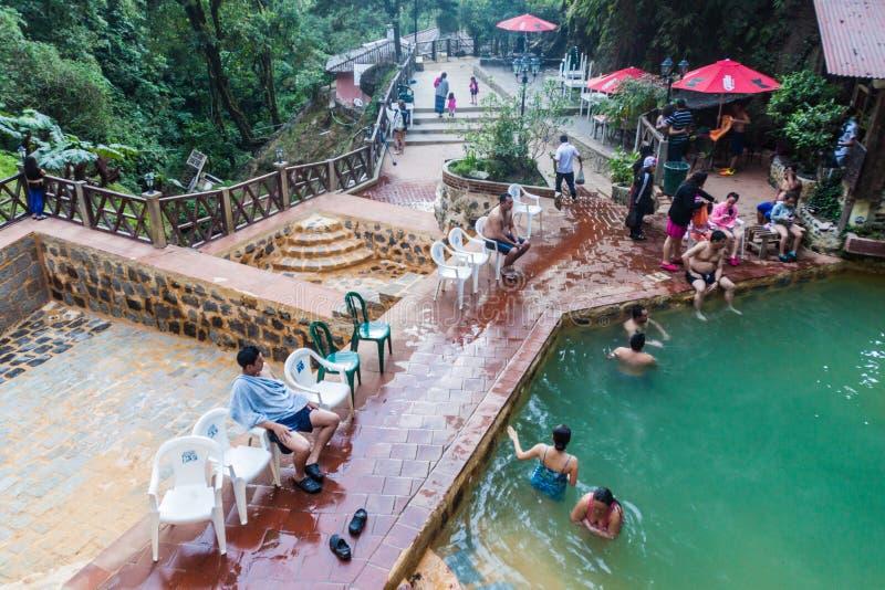 丰特斯GEORGINAS,危地马拉- 2016年3月21日:沐浴在一个热量水池Funtes乔治娜的人们 免版税图库摄影