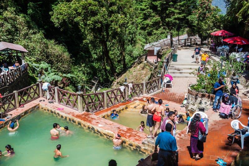丰特斯GEORGINAS,危地马拉- 2016年3月22日:沐浴在一个热量水池Funtes乔治娜的人们 图库摄影