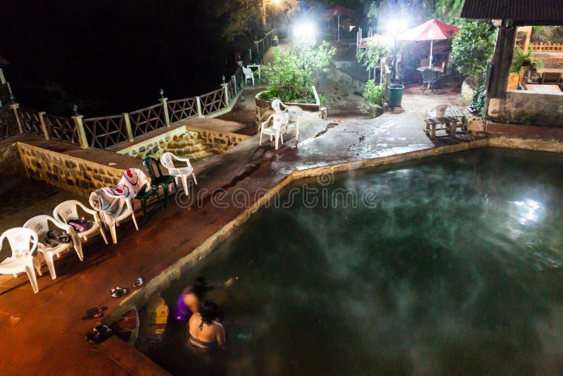 丰特斯GEORGINAS,危地马拉- 2016年3月21日:沐浴在一个热量水池Funtes乔治娜的人们 库存照片
