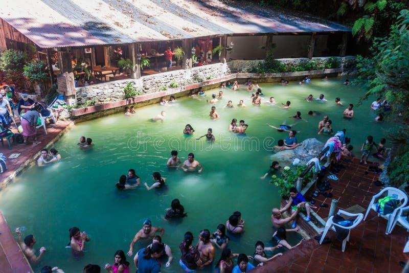 丰特斯GEORGINAS,危地马拉- 2016年3月22日:沐浴在一个热量水池Funtes乔治娜的人们 免版税图库摄影