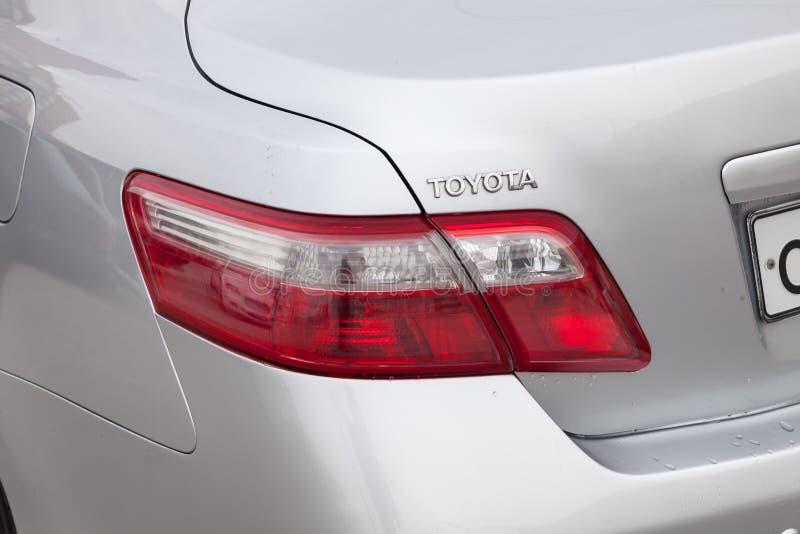丰田凯美瑞后方尾灯视图在银色颜色的2006年在清洗在销售前以后在停车处的一好日子 库存照片