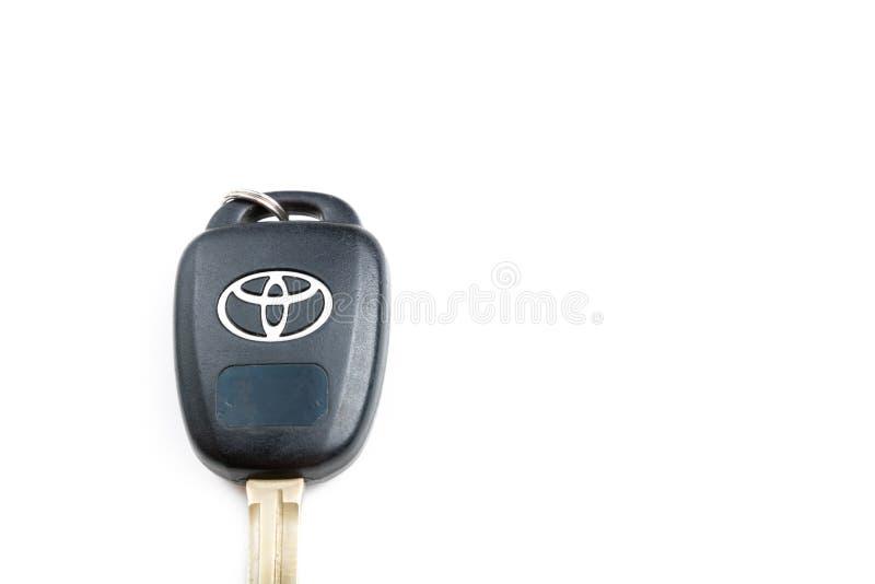 丰田汽车钥匙在明显地显示丰田标志的白色背景被隔绝 ?? 库存照片