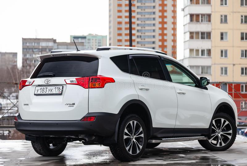 丰田RAV4背面图在白色的2015年在清洗在停车处的销售前以后 o 图库摄影