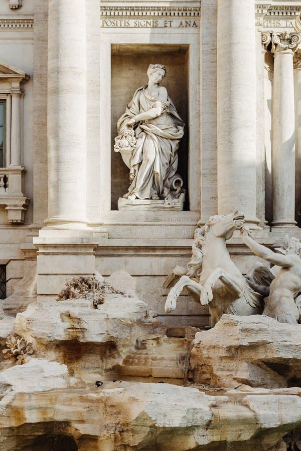 丰盈,Trevi Fountain芳塔娜di Trevi细节雕象在罗马,意大利 免版税库存照片