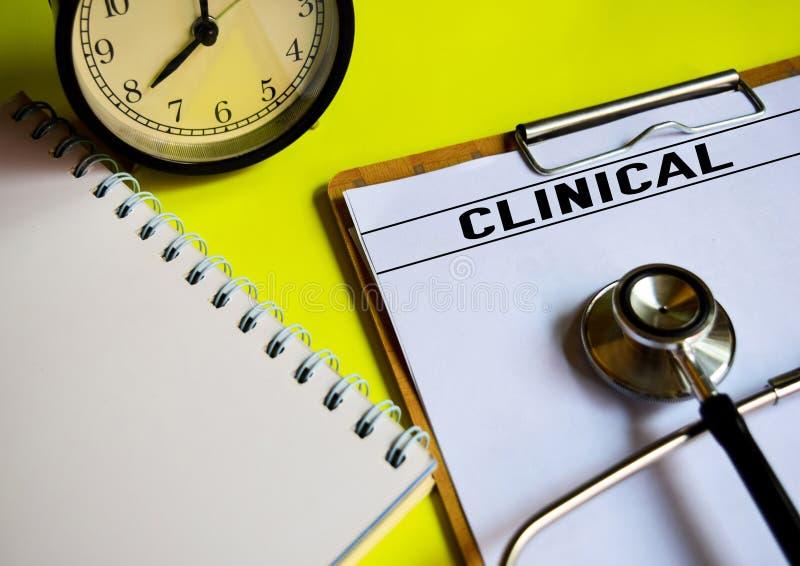临床在黄色背景顶部 免版税库存图片