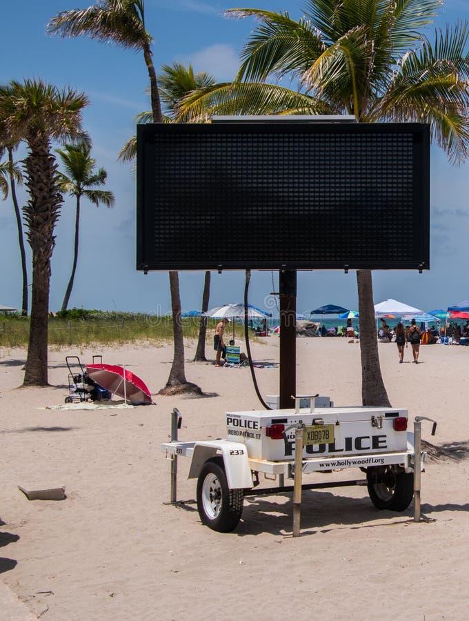 临时空白的流动电子在此的警察警报信号是 库存图片
