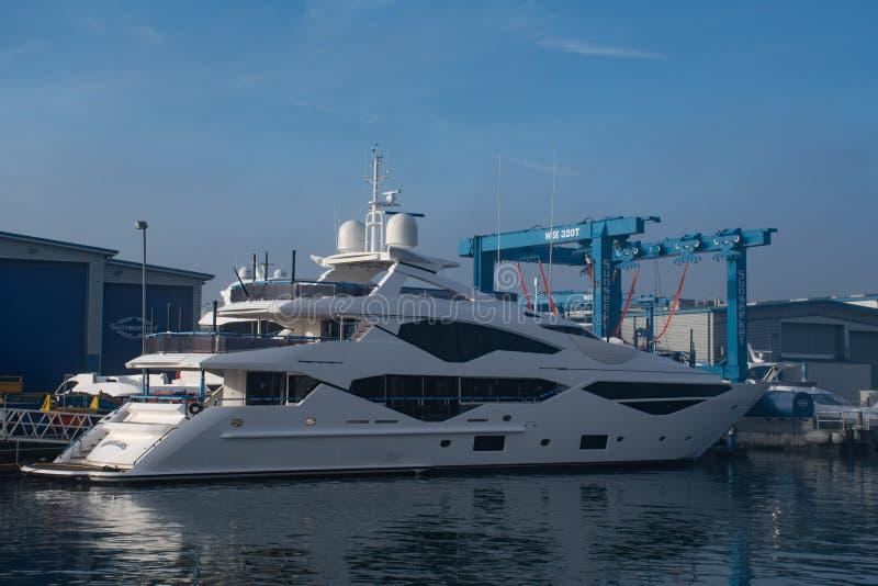 临近完成的豪华圣汐游艇在船坞Poole港口 图库摄影