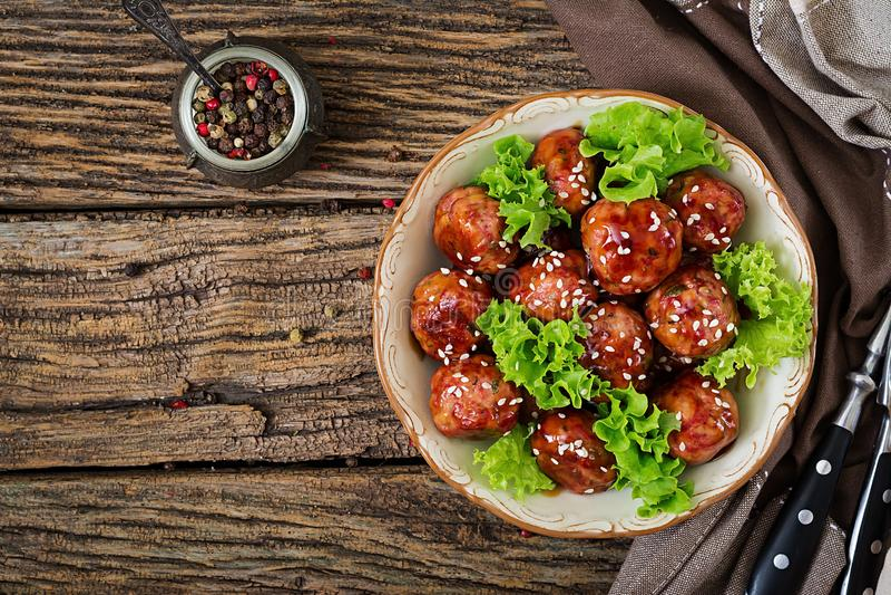 丸子用在糖醋调味汁的牛肉 亚洲食物 免版税库存照片