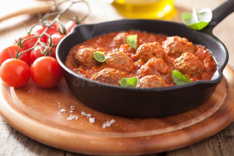 丸子用在黑平底锅的西红柿酱 库存图片