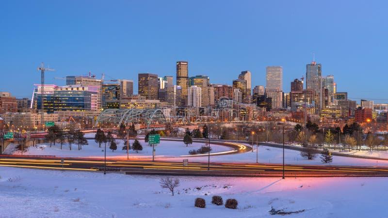 丹佛地平线全景在冬天黄昏的 免版税库存图片