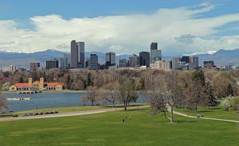 丹佛街市与城市公园在一个春日 库存照片