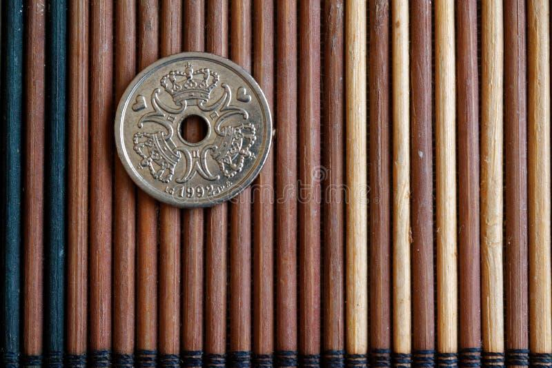 丹麦硬币衡量单位是在木竹桌上的一句克罗钠(冠)谎言,好为背景或明信片-后部 库存图片