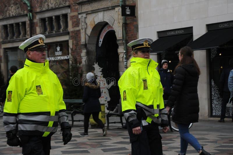 丹麦警察在STROEGET哥本哈根巡逻 库存照片