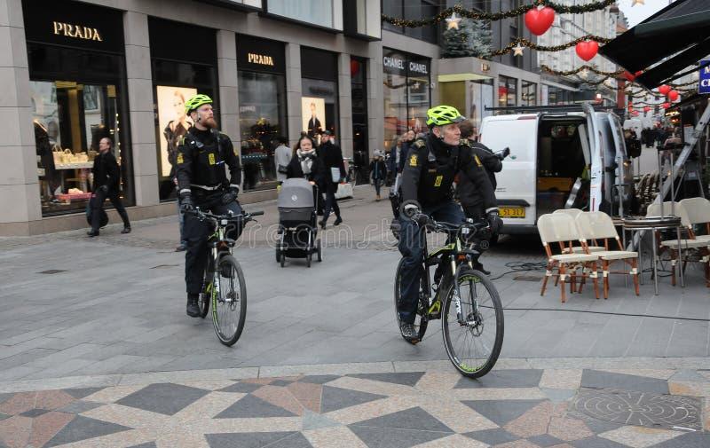 丹麦警察在STROEGET哥本哈根巡逻 库存图片