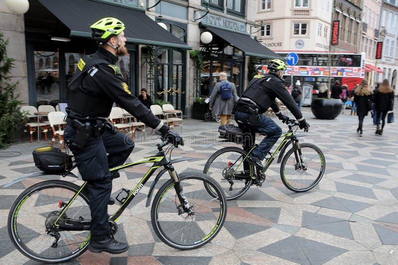 丹麦警察在STROEGET哥本哈根巡逻 免版税库存图片
