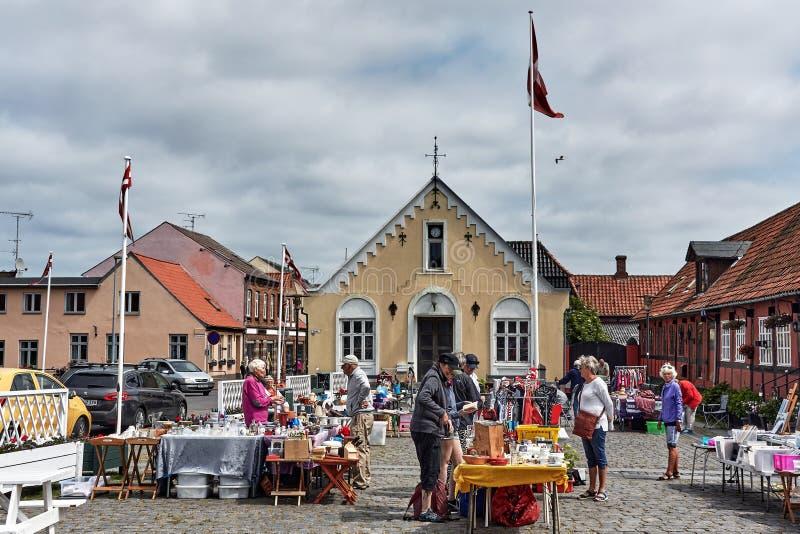 丹麦阿基尔凯比 — 2019年6月27日:在城市市场买卖商品的当地人 图库摄影
