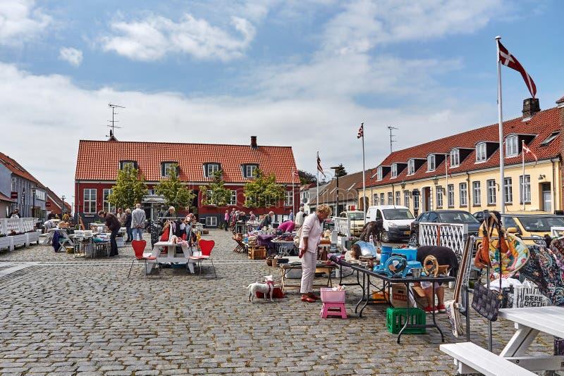 丹麦阿基尔凯比 — 2019年6月27日:在城市市场买卖商品的当地人 免版税库存图片